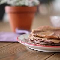 Pancakes à la betterave, chèvre & saumon