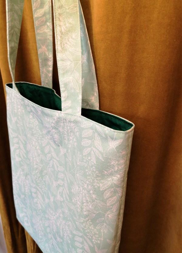 Sac en tissu coton doublé, extérieur vert clair motifs végétaux, intérieur vert foncé uni
