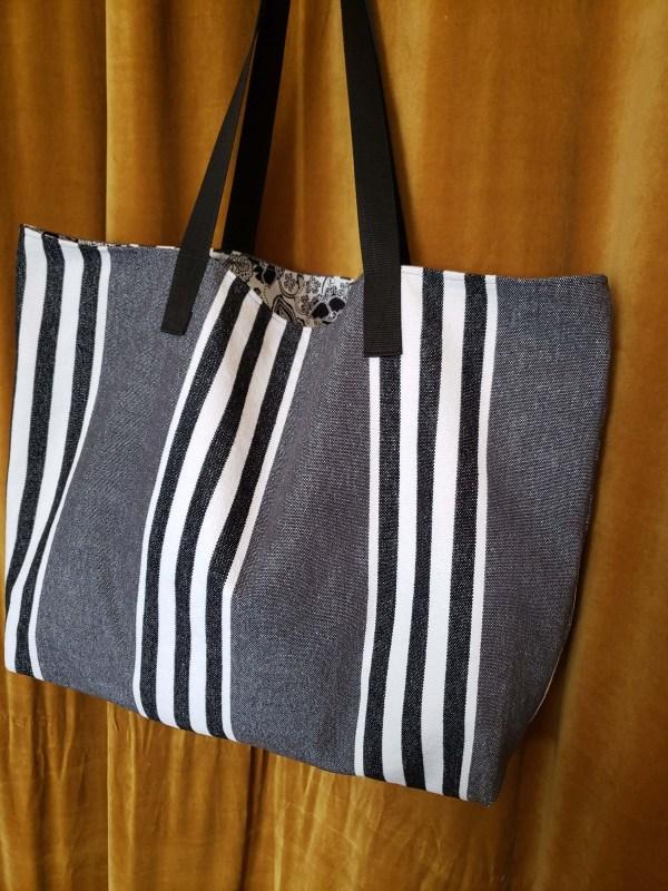 Sac de plage en tissu rayé noir blanc et gris, doublure paisley blanc noir