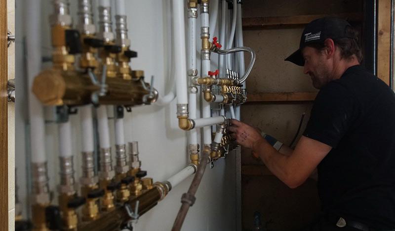 les avantages de travailler en collaboration avec un plombier dans le 9ème à Paris ?
