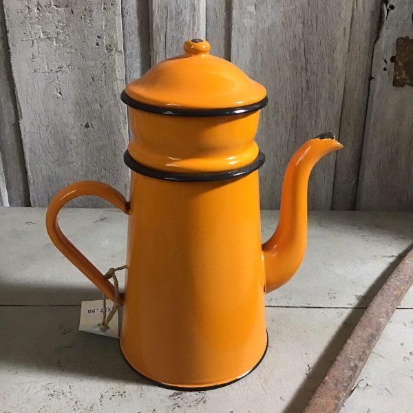 oranje emaille koffiekan