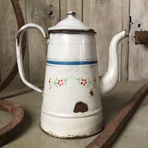Oude witte emaille koffiekan met bloemmotief