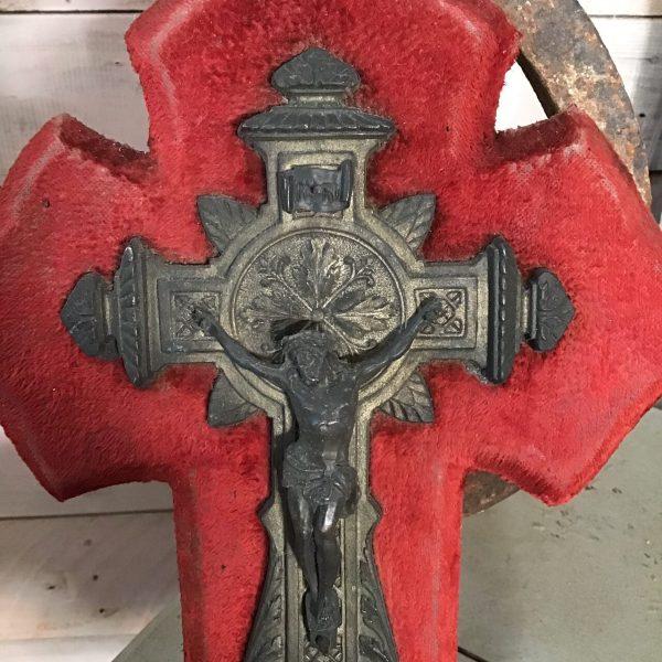 Kruis met wijwaterbakje