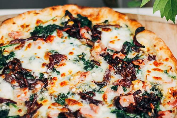 pizza met spinazie, bacon en ui