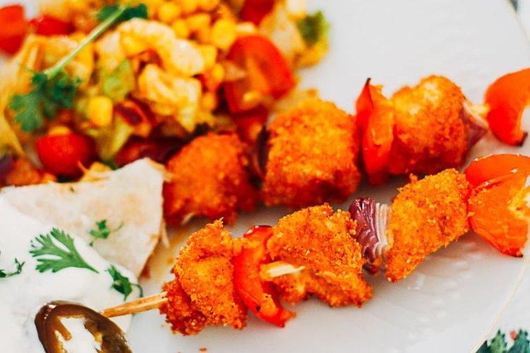 crispy kipspiesjes met paprika en ui