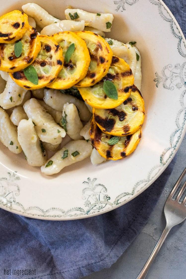 gnocchi met saliejus en gegrilde courgette