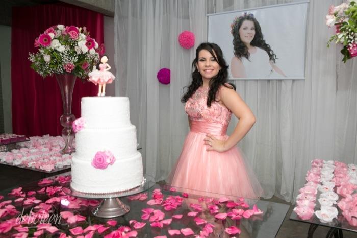 Mesa do bolo na festa de 15 anos