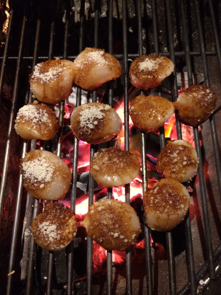 Coquilles op de barbecue