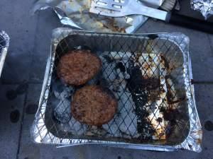 Hamburger op wegwerpbarbecue