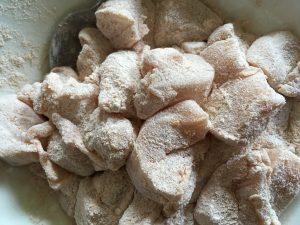 kipfilet in Bloemmengsel voor Kipnuggets op de barbecue