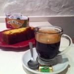 Blend Nespresso, acompanhado de bolo inglês.