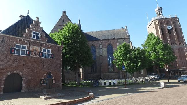 De Waag en de Sint Gertrudiskerk met losstaande toren in Workum - de Canicula
