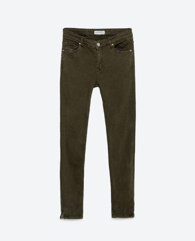 Pantalón pitillo verde ZARA. 29,95€