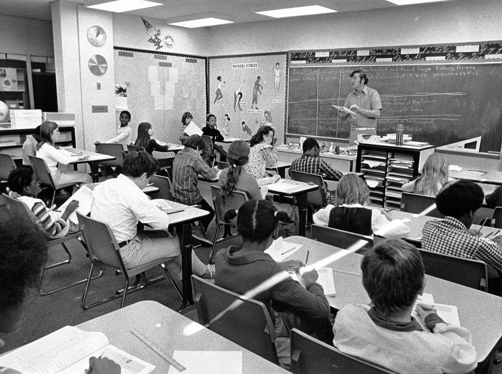Foto del siglo pasado de alumnos en una clase