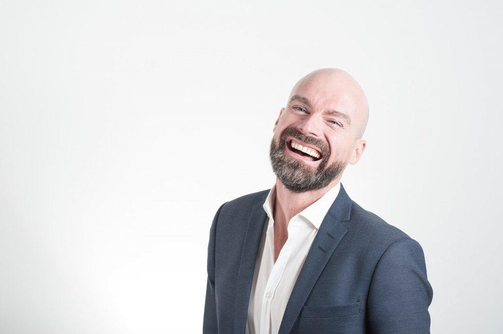 Hombre sonriendo feliz