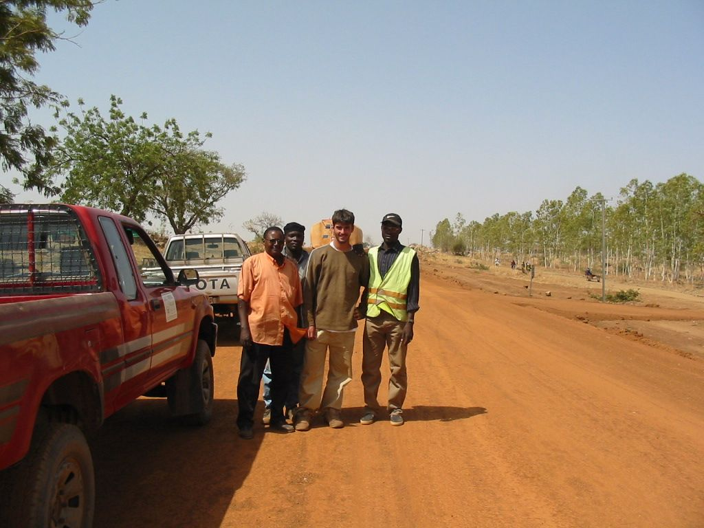 Sylvain Arzo construyendo una carretera en Burkina Faso