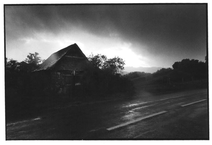 Cabane sous la pluie, noir et blanc, argentique, Devals