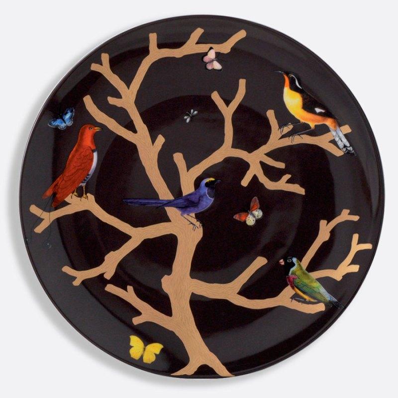 Platos de porcelana decorados con pájaros y mariposas de colores