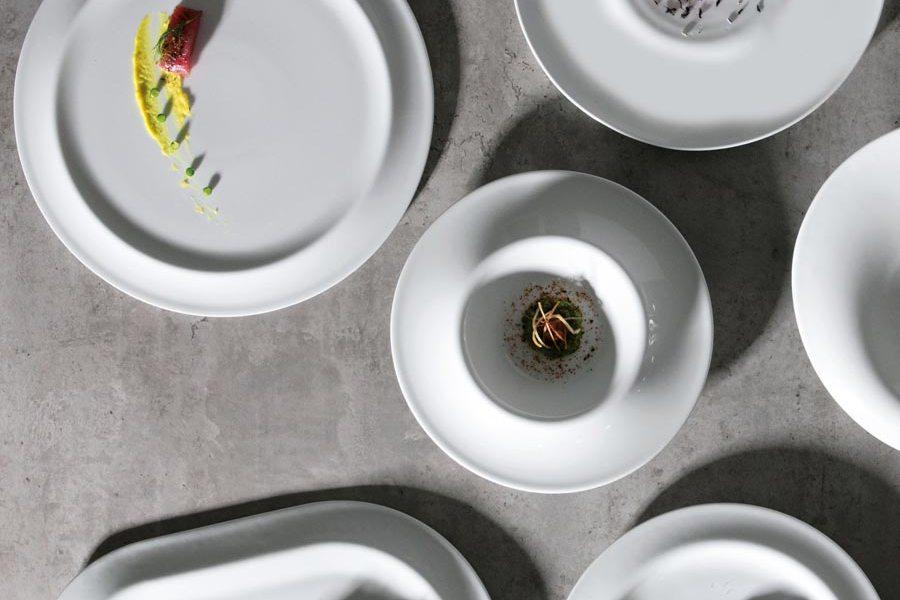 Vajilla blanca diseñada por Ximo Roca para Vajillas Corona