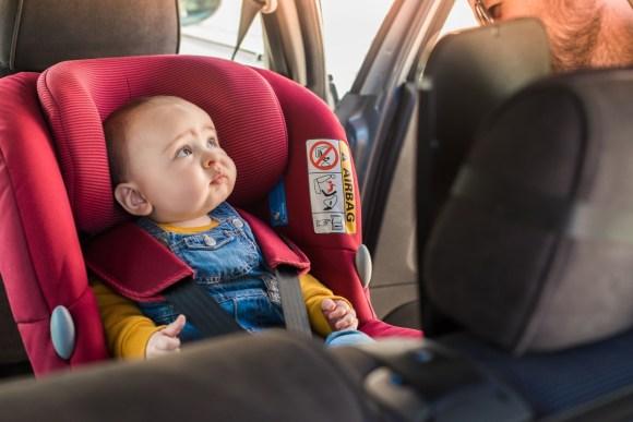 Cómo llevar a un niño pequeño en el coche