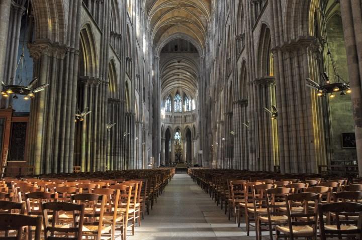 L'intérieur de la cathédrale de Rouen. La nef conduit le regard jusqu'au choeur