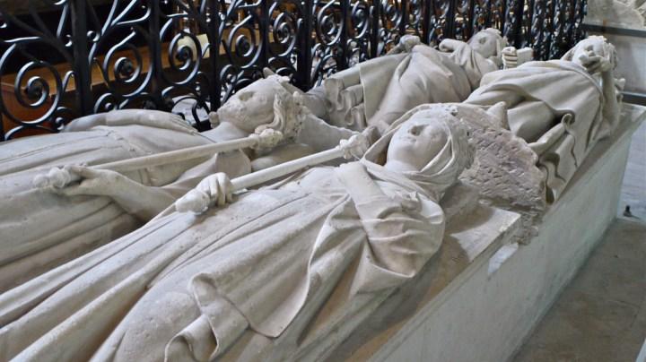 Gisants de rois carolingiens, Carloman et Ermentrude au premier plan, de rois capétiens, Philippe et Constance de Castille