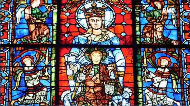 Vitrail de Notre-Dame de la Belle Verrière dans la cathédrale de Chartres.
