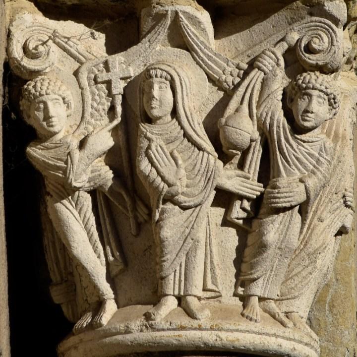Sculpture de l'Annonciation sur un chapiteau