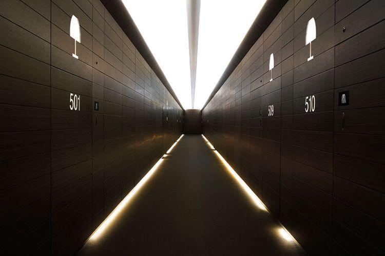 Koridorlarda yönlendirme aydınlatması