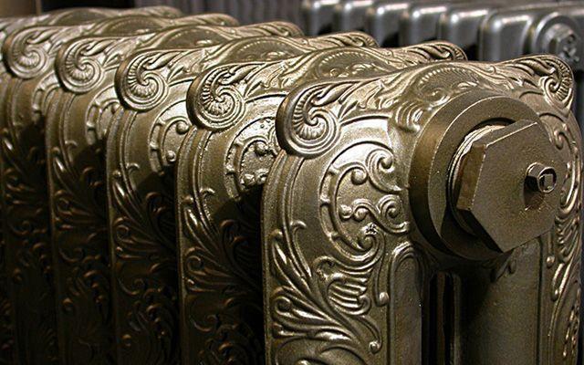 Antika radyatör dekorasyonu.  Dökme demir radyatörlerle dekorasyon