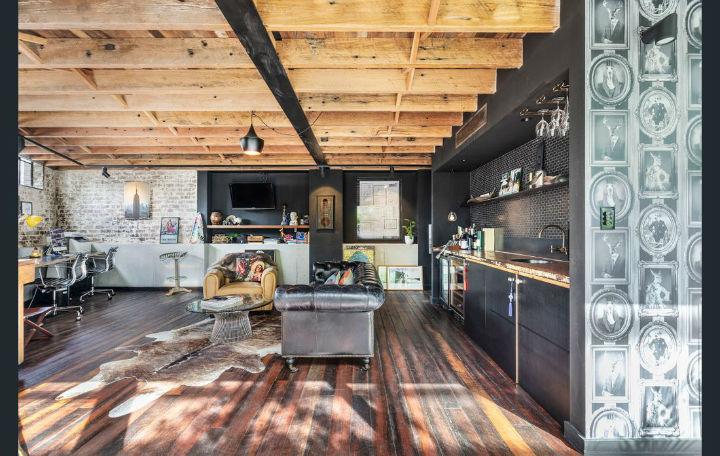 Antiguo garaje convertido en loft con piezas industriales