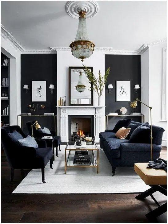 Wohnzimmer mit schwarz-weißen Wänden und goldenem Kronleuchter
