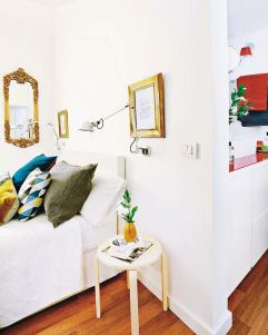 Dormitorio y cuarto de baño Una misma puerta conduce al baño y al dormitorio principal. En esta zona de la casa conviven estilos y colores diferentes, utilizados para delimitar los ambientes: rojo para el lavabo; blanco y negro para el baño y blanco y oro en el área de descanso. Cojines: grande gris y oro, de Maison de Vacances; de rombos y azul, de BoConcept, al igual que la colcha.