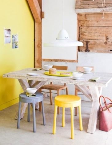 En este comedor diario el protagonista es el color. Con pocos materiales se resolvió este espacio, solo una mesa de linea rustica y algunas banquetas de colores en composé con la caja.