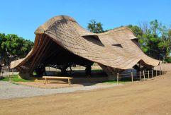 Escuela Panyaden, en Chiang Mai (Tailandia), proyecto del estudio de Rotterdam 24H Architecture (www.24h.eu), uno de los cien proyectos de arquitectura sostenible que se incluyen en la recopilación '100 Contemporary Green Buildings', de Taschen. La escuela se compone de varios pabellones organizados con la forma de la planta tropical de cuerno de alce. El pabellón de la foto está destinado a usos comunes. Con cimientos de piedra y columnas de bambú, la cubierta, también de bambú, le da una gran expresividad a una construcción hecha con materiales de la zona. ALLY TAYLOR