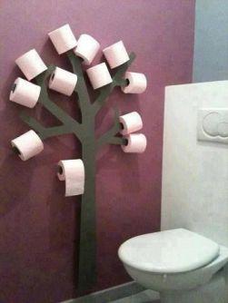 Una manera divertida de colgar el papel higiénico