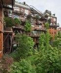 Edificio urbano protege a sus habitantes del ruido y la polución gracias a sus mas de 150 árboles