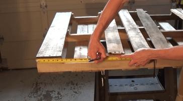1. Antes de comenzar, revisa bien el pallet que vas a utilizar para asegurarte que las tablas no estén quebradas en ninguna parte. Luego, con ayuda de la cinta métrica, mide tu pallet desde una de las bases hasta aproximadamente la mitad. Haz una pequeña marca sobre la madera.