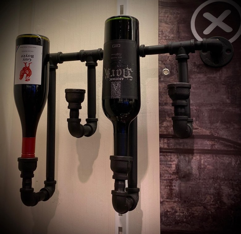 Porte-bouteille en tuyau de fer pour bar au look industriel