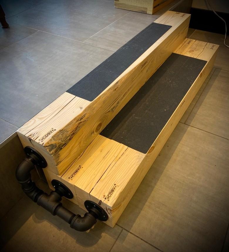 Step marche escalier bois et tuyau de fer look industriel