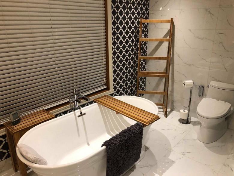 Salle de bain échelle et planche de bois