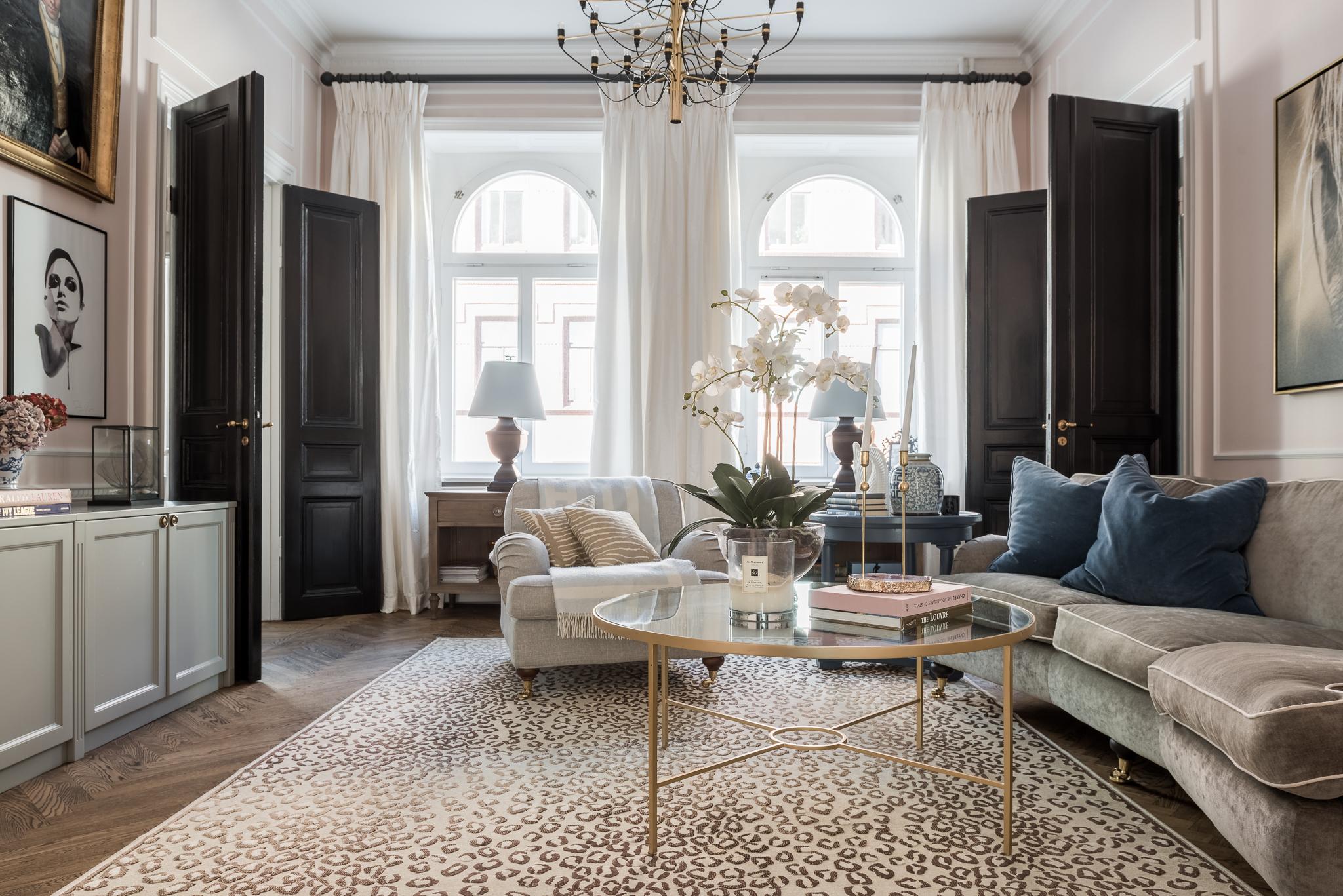 межкомнатные двери диван столик комод картины шторы окна лампы