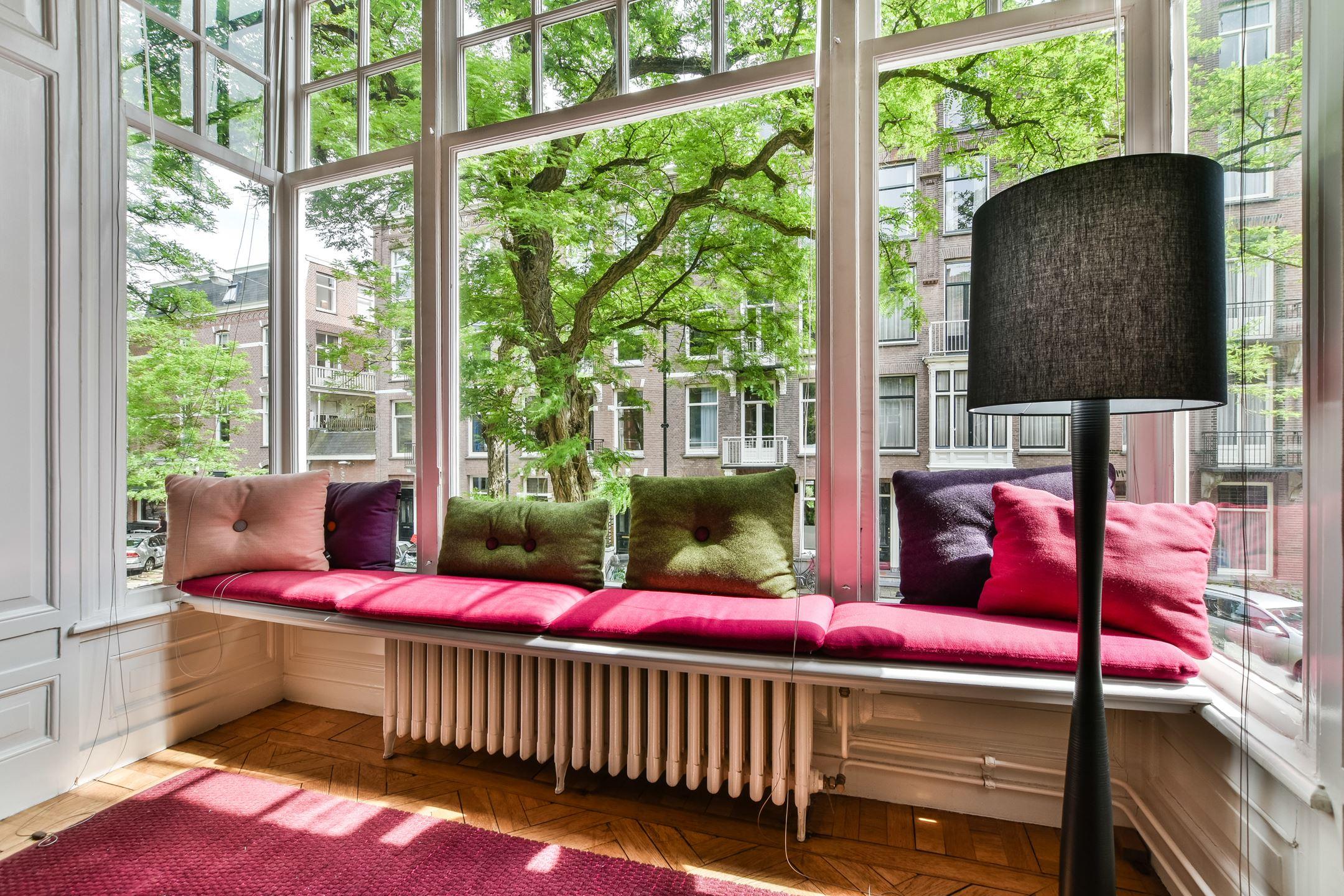 место отдыха у окна подоконник