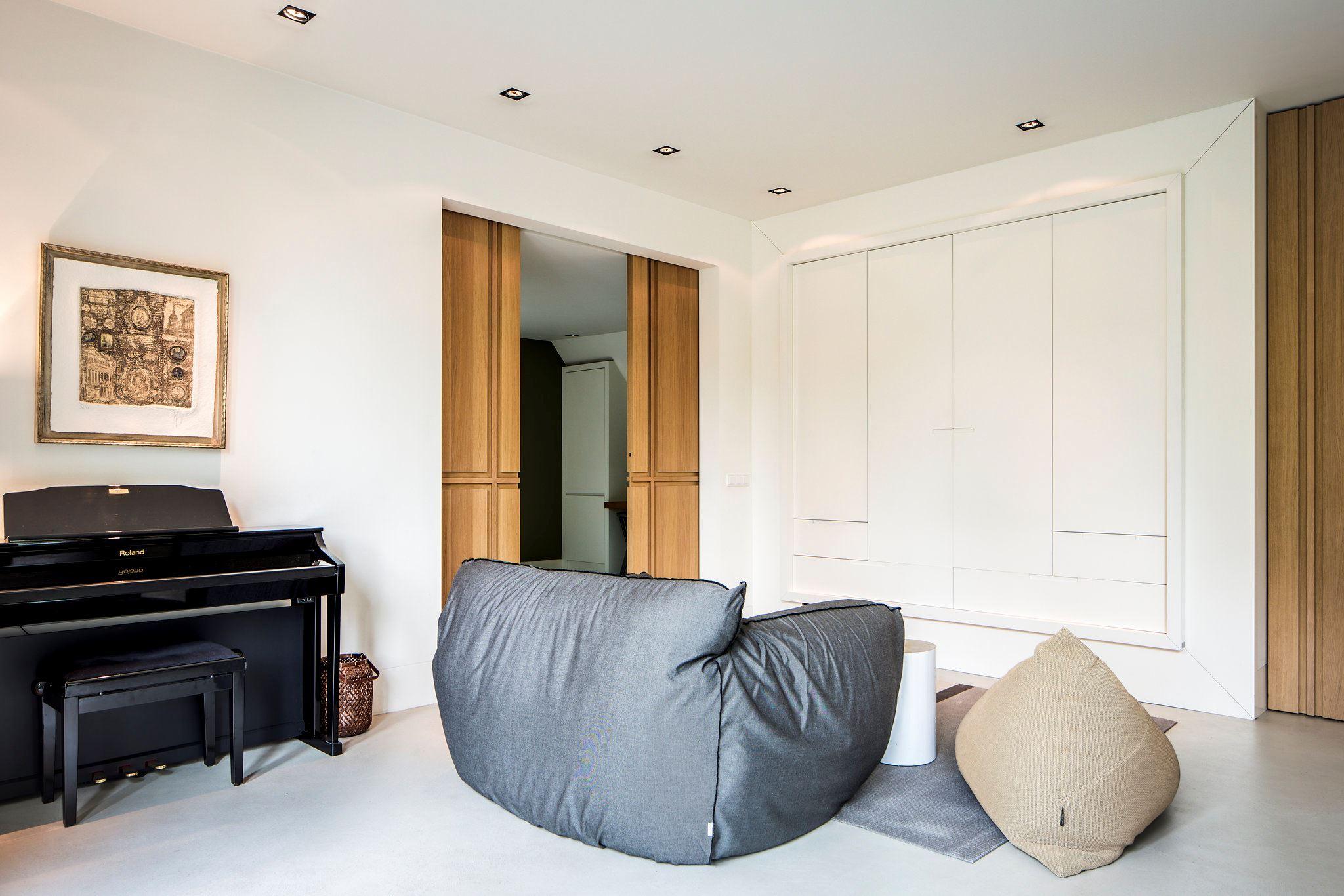 мягкий диван пуф пианино в комнате