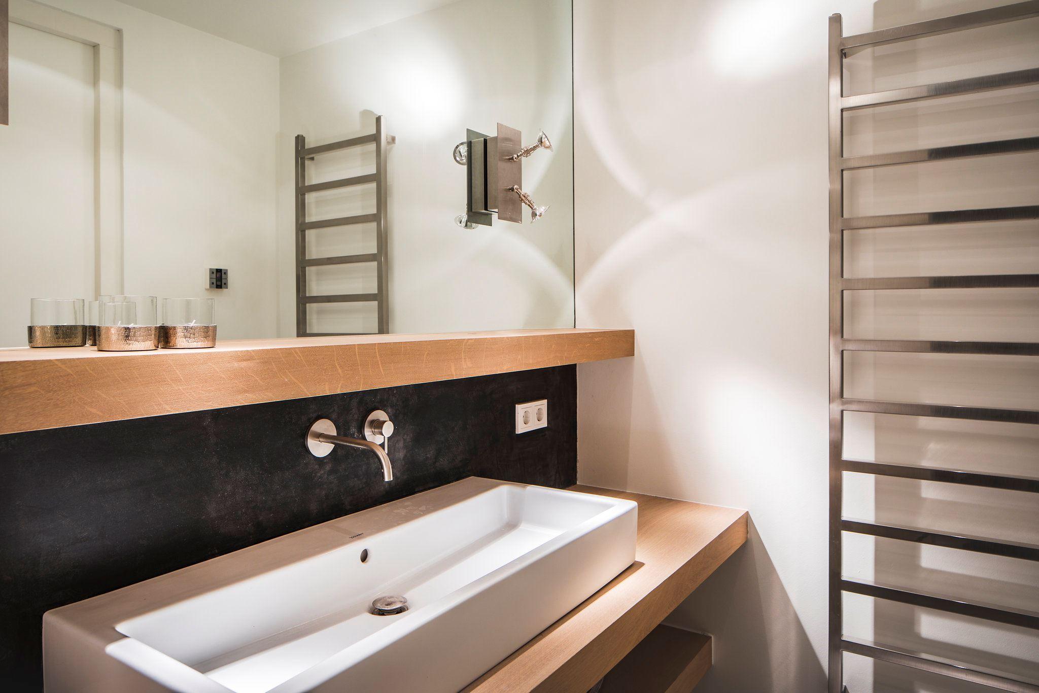 раковина на столешнице полотенцесушитель в ванной