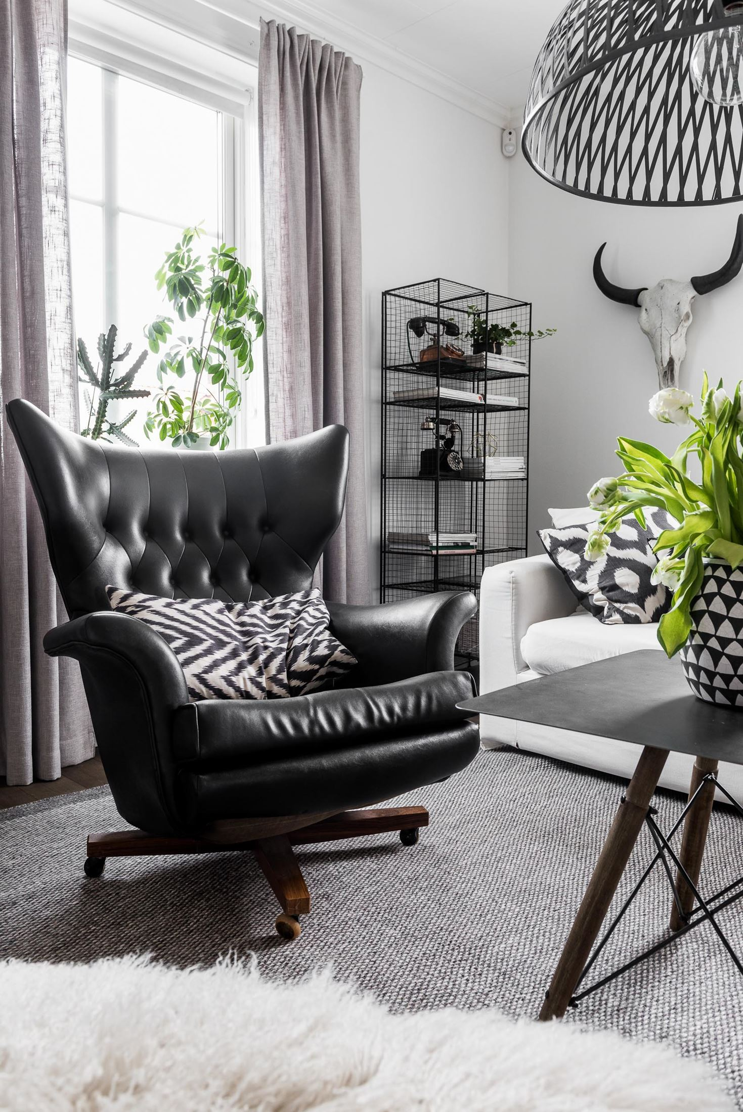 кресло в гостиной