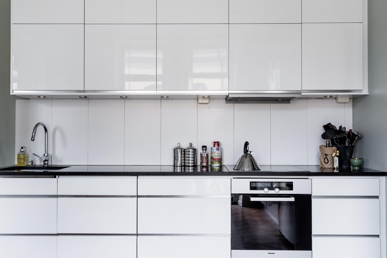 белая кухонная мебель встроенная вытяжка над плитой