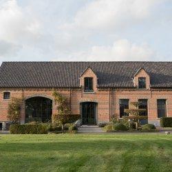 фасад загородного кирпичного дома