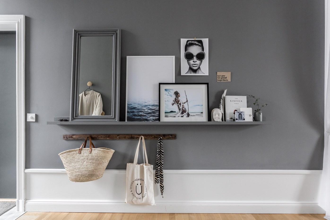 подвесная консоль серые стены картины высокий плинтус