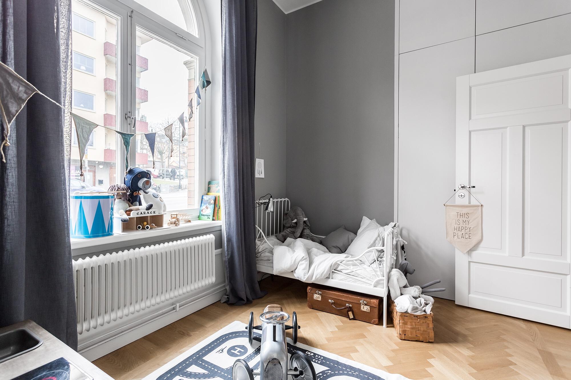 детская комната кровать окно